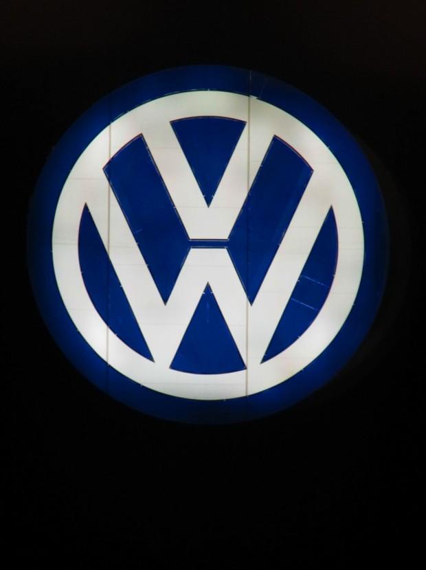 Vom Zug im Wolfsburg Bahnhof sieht man ein sehr gross VW