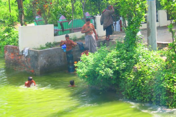 quite a common layout - a bathing pool next to a mosque